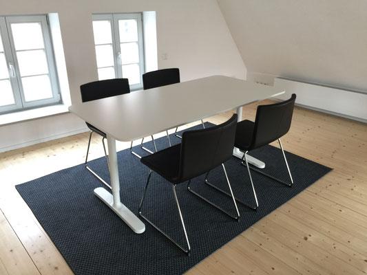 Zusätzlicher Esstisch oder Arbeitsbereich im Dachgeschoss