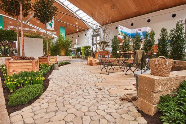 Ein harmonisch, klassischer Garten mit Duftkräutern und mit Pflaster und Mauerarbeiten