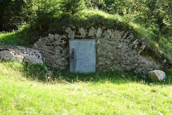 L'extérieur du réservoir (10m x 4 m environ)