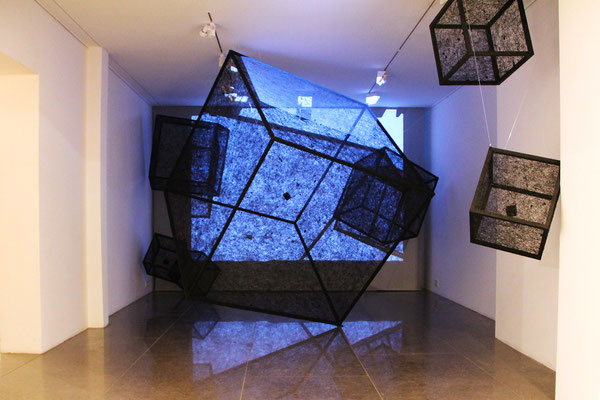 Katharina Lehmann / BLACK CUBES SOLOS / wood, acrylic paint, thread, projector, speakers, MP3-Players / 2016