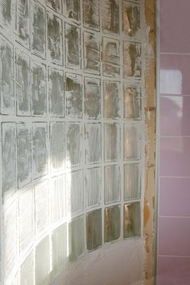 Pose de l'enduit sur les joints du mur de verre