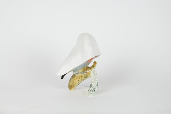 loxia curvirostra, 2019, porcelain sculpture, manifacture Ens, between 1919 and 1945; glazed ceramic, 15,5x14x9,5 cm