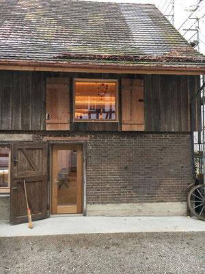 Der Eingang zum neuen Theaterfoyer und das Fenster zur Hirschen-Bühne im OG.
