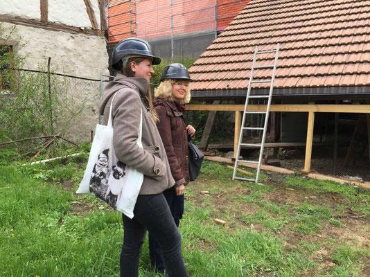 Besammlung mit Bauhelm im Garten hinter dem Haus Wyttenbach.