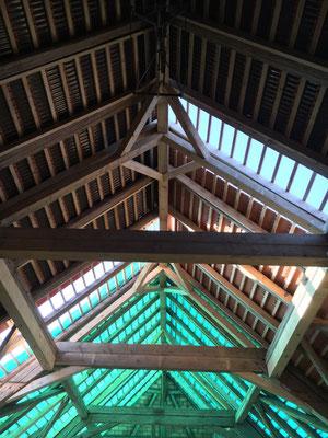 Von innen sieht der Dachstuhl noch imposanter aus als von aussen.