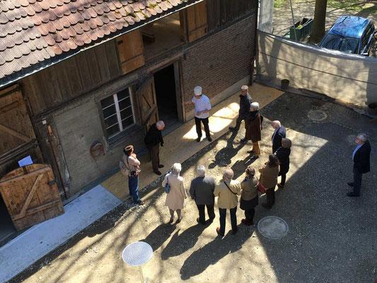 Die Gruppe besammelt sich vor dem ehemaligen Stall.