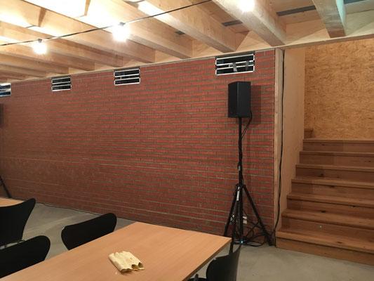 Die Lautsprecher sind bereit - rechts die Treppe zum Theater-Raum im Obergeschoss.