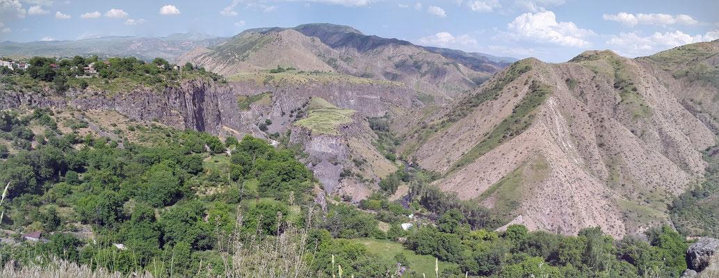 Blick vom Garni-Tempel in das Tal des Flusses Azat