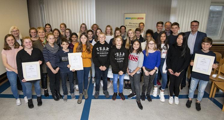 Prämierte Schulklassen mit Staatssekretärin Gurr-Hirsch, Staatssekretär Schebesta, Professorin Bartsch