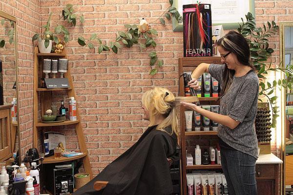 Sandra beim gestalten einer Frisur für ein Foto Shooting