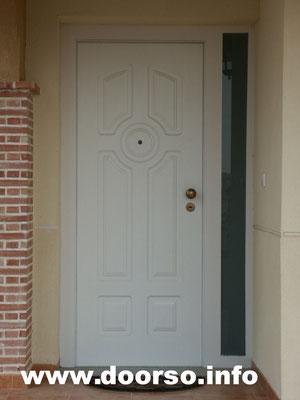 Уличная входная иеталлическая дверь стекло с боку, цвет белый.