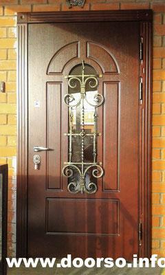 Металлическая дверь со стеклом в частный дом.