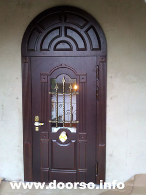 Металлическая дверь с арочной вставкой.