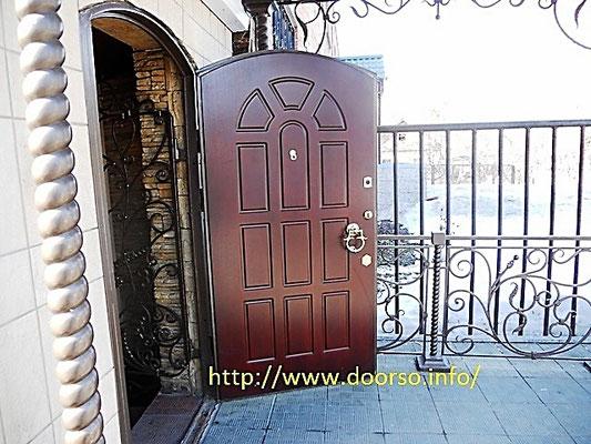 Металлическая дверь в арочном испонении.