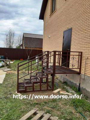 Лестница из металла с площадкой к дому