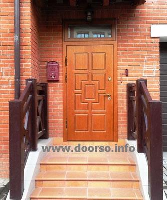 Дверь в котедж с верхним стеклопакетом. В городе Звенигороде.