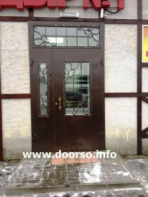 Металлическая дверь со стеклом в магазин.