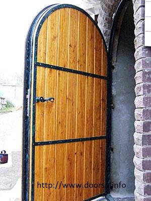 Арочная металлическая дверь.
