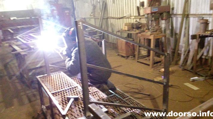 Сварка металлического крыльца на производстве.