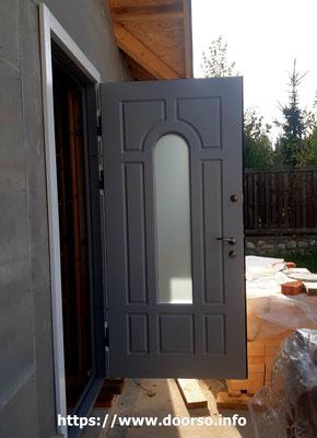 Металлические двери с матовым стеклом.