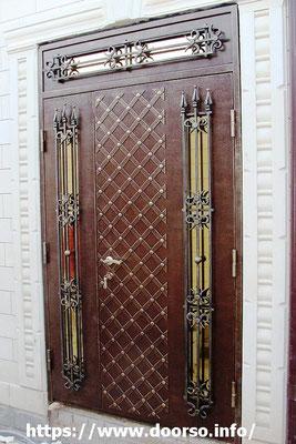 Металлические двери с элементами ковки и стеклом