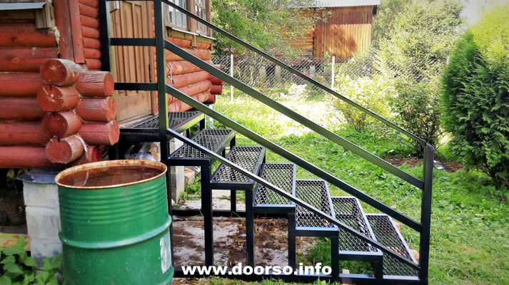 Металлокаркас уличной лестницы к дому.