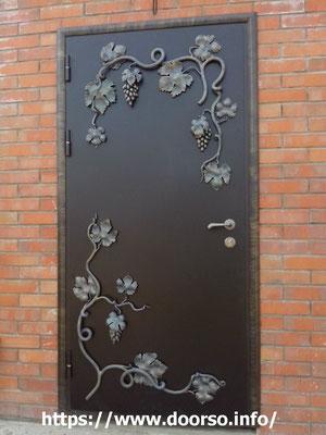 Металлические двери с элементами ковки.