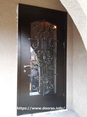 Металлические двери стекло и элементы ковки и стеклом .