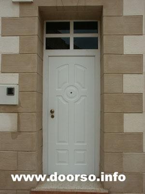 Уличная входная иеталлическая дверь стекло с верху, цвет белый.