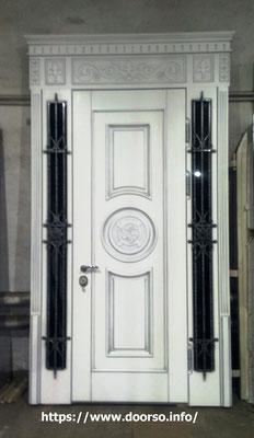 Металлические двери с элементами ковки и стеклом .