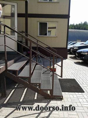Производственное лестница из металла.