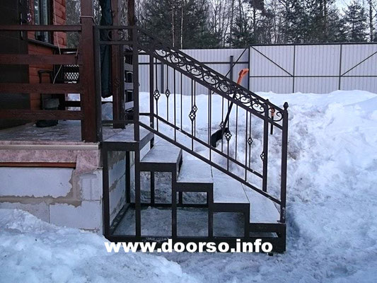 Каркас из металла уличной лестницы.