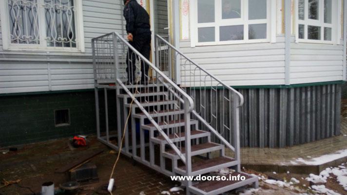 Уличная металлическая лестница к дому.