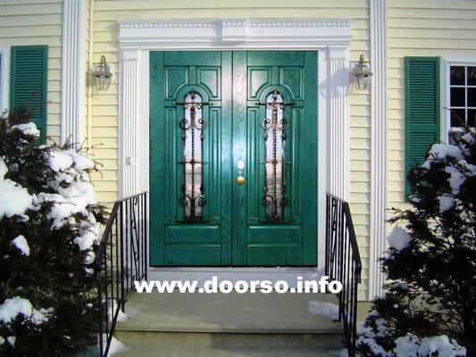 Металлическая филечатая дверь нестандартных размеров. Цвет зеленый со структурой дерева.