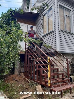 Монтаж уличной лестницы к  дому.