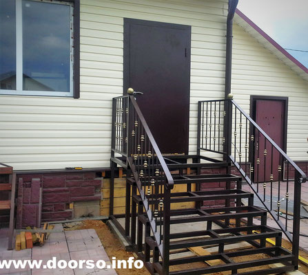 Металлическая лестница на металлокаркасе к дому.