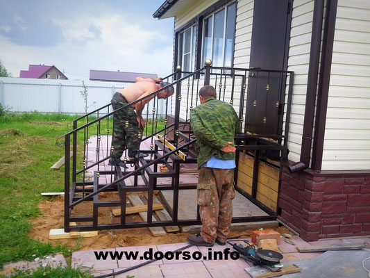 Монтаж металлической лестницы на крыльцо крыльца.