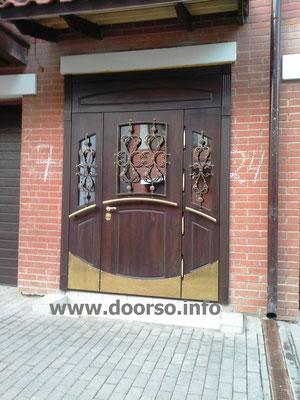 Металлическая дверь с декоративными отбойниками. В городе Одинцово.