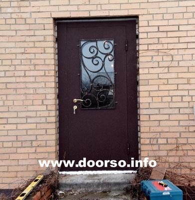 Входная металлическая дверь со стеклом.