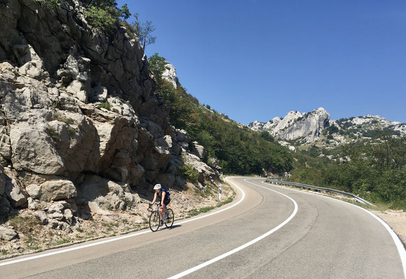 Der obligate morgendliche Anstieg. Diesmal galt es das Velebit Gebirge zu queren.