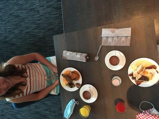 Hotelfrühstück mit Masken