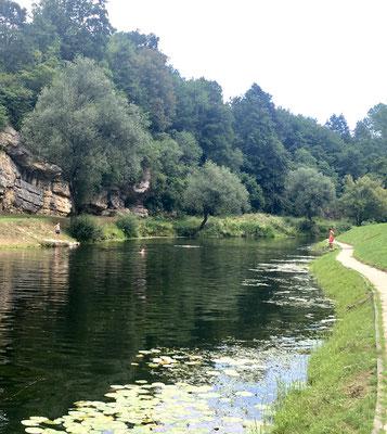 Das Moto am Fluss:   Baden.