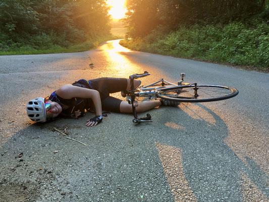 Nach 130 km fällt A. vor Erschöpfung in der Abendsonne vom Rad.