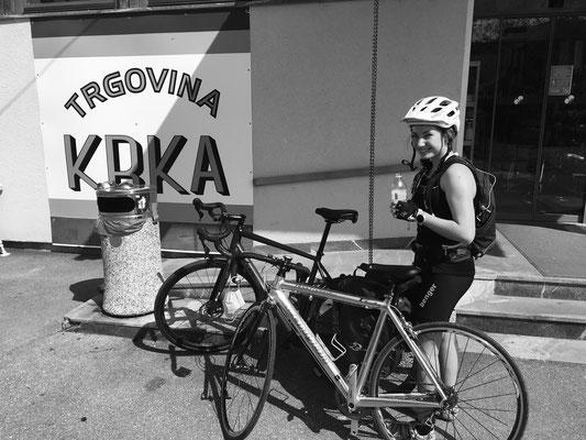 Im 3 Seelen Dorf Krka, wo der gleichnamige Fluss entspringt, befüllen wir unsere Trinkflaschen literweise mit Pfirsich-Eistee.