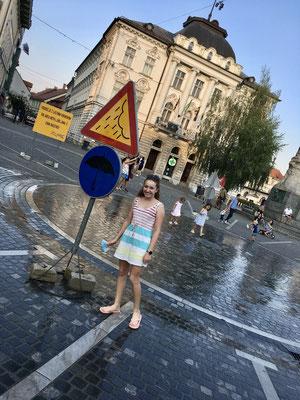 """künstlicher Platzregen am """"Prešerenplatz"""" - super Idee bei der Affenhitze"""