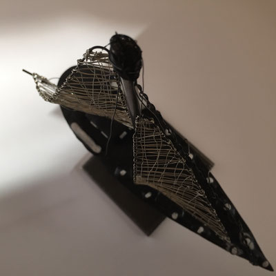 The Ebb - 11/2019 - 18x8x21 cm - Draht, ofenhärtender Ton auf Eisenstativ