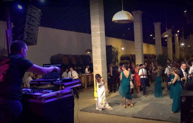 animador con equipo de sonido e iluminación para boda en Cádiz