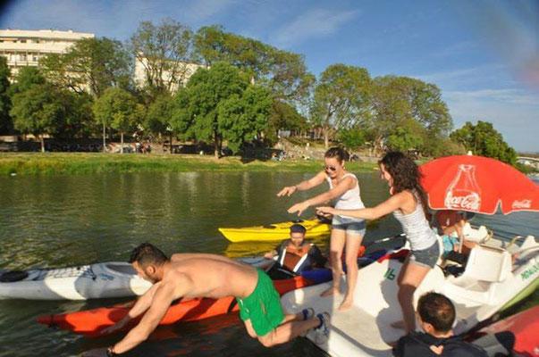 Grupos de despedidas haciendo una ruta en kayak por Sevilla