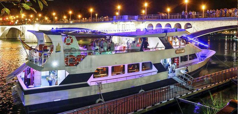 grupos de cena en la fiesta en barco de Sevilla