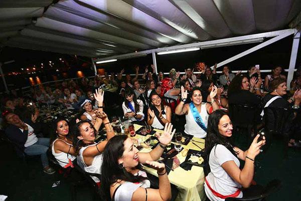 cena y fiesta en barco en Sevilla